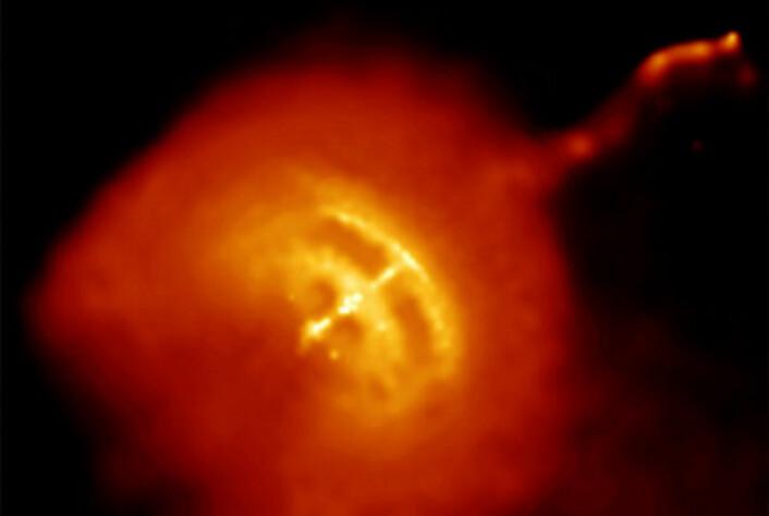 Pulsar i stjernebildet Vela (seilet) på den sørlige stjernehimmelen, fotografert i røntgenstråler fra romteleskopet Chandra. Vi kan se den raskt roterende, lille supermassive nøytronstjernen i midten som en gulhvit prikk, omgitt av varm gass. Jetstrålen øverst til høyre snor seg som en brannslange, holdt på plass av et kraftig magnetfelt. (Foto: (Bilde: NASA/CXC/PSU/G.Pavlov et al.))