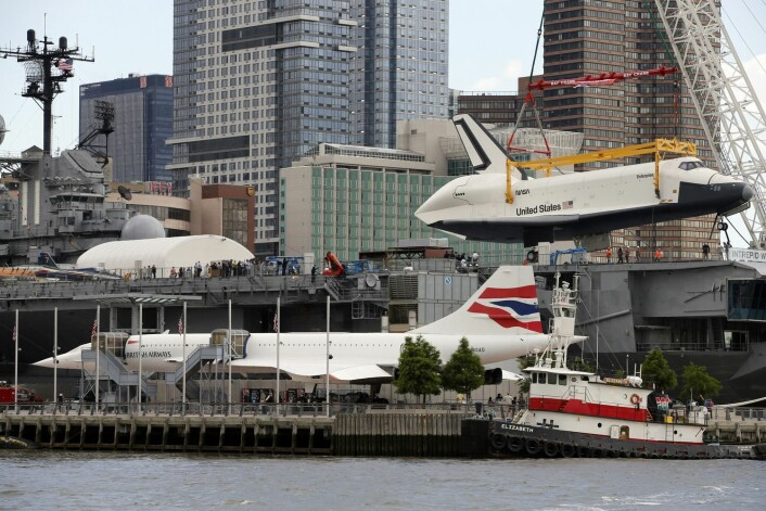 «Enterprise» løftes om bord på hangarskipet «Intrepid». Sammen utgjør de deler av The Intrepid Sea, Air & Space Museum. (Foto: Mike Segar, Reuters)