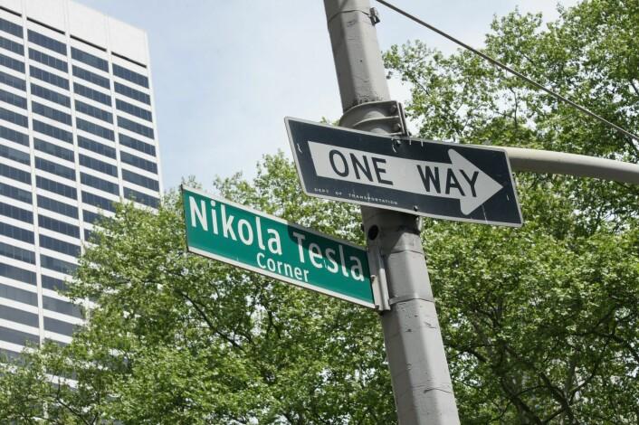 Slik minner man en av historiens fremste oppfinnere. Et gatehjørne ved Bryant Park, der Nikola Tesla matet tusenvis av duer. (Foto: Valugi, Creative Commons CC BY-SA 3.0)