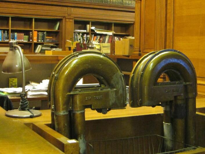 Gjennom disse rørene sender bibliotekarene bokønsker fra newyorkere som er interessert i humaniora og samfunnsvitenskap. (Foto: Allison Meier, Creative Commons CC BY 2.0)