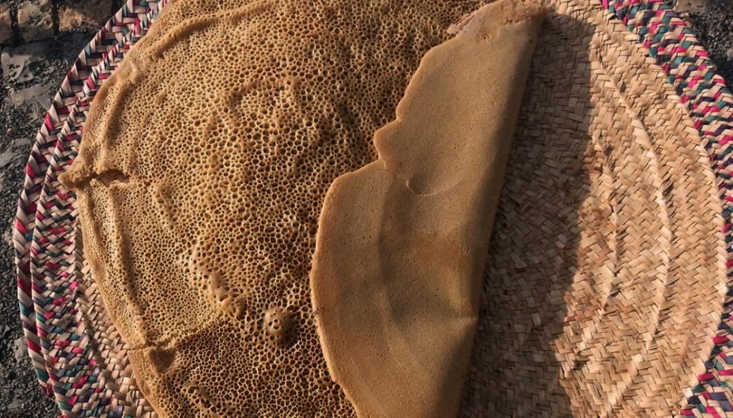 Injera, som du kanskje kjenner fra etiopiske restauranter også i Norge, er en slags lefse som er en viktig del av kostholdet i Etiopia. Afrikanske og norske forskere samarbeider nå for å utvikle lagring av solvarme, slik at ovnen også kan brukes om kvelden. (Foto: Asfafaw Tesfay, Ethiopia Institute of Technology Mekelle)