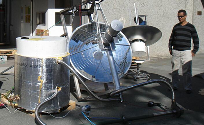 Den store beholderen til venstre inneholder småstein som lagrer varmen fra solspeilet. I dette forsøksanlegget overføres varmen fra speilet til lageret med luft. (Foto: Asfafaw Tesfay, Ethiopia Institute of Technology Mekelle)