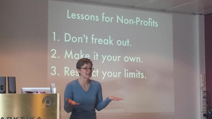 Eileen Webb står støtt når hun foredrar, og trenger ingen akademisk krykke; laserpeker.  (Foto: Helge M. Markusson)