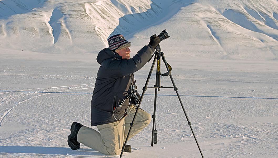 Formørkelsen kom slett ikke som julekvelden på kjerringa, men absolutt som 17. mai på forskeren. Pål Brekke på Norsk Romsenter gjør kameraet klart mellom fjellene i Adventdalen på Svalbard. (Foto: Georg Mathisen)