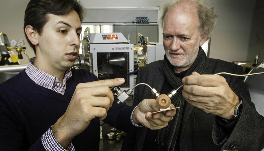 Leander Michels og Jon Otto Fossum. En leireprøve legges i det lille kammeret de holder. Ved hjelp av røntgenstråler kan de måle om leiren har tatt opp CO2.  (Foto: Per Harald Olsen, NTNU)