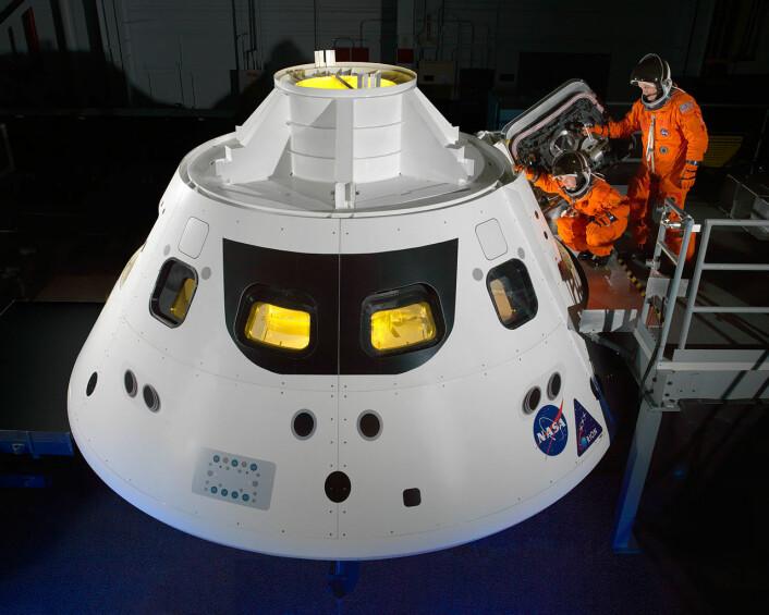 NASA-astronautene Cady Coleman og Ricky Arnold går inn i en mockup av Orion-romkapselen iført ACES-drakter. Det er en videreutvikling av disse draktene som nå skal gi astronautene beskyttelse i opptil tre døgn. (Foto: NASA/Bill Stafford)