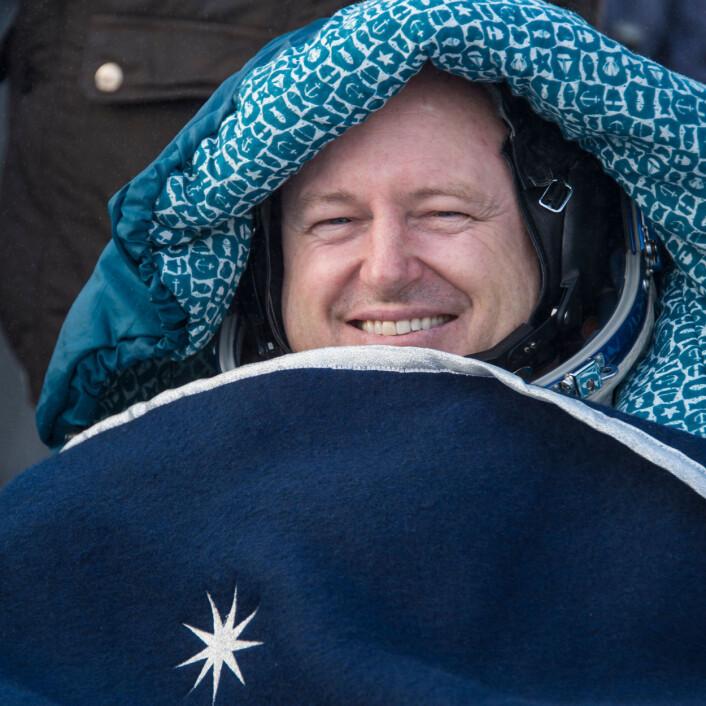 Barry Wilmore, leder av ekspedisjon 42 til den internasjonale romstasjonen, hviler ut i en stol utenfor Soyuz-14M-romskipet bare minutter etter at han har landet sammen med resten av mannskapet i et øde område nær byen Zhezkazgan i Kasakhstan. Wilmore opplever her jordas tyngdekraft for første gang etter nesten et halvt år i vektløsheten på romstasjonen. (Foto: NASA/Bill Ingalls)