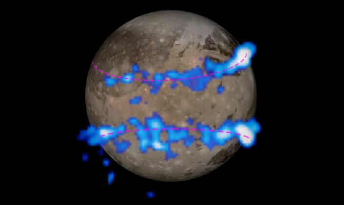 Nordlysbeltene som er observert med Hubble-teleskopet er farget i blått og lagt oppå et bilde av Jupiters måne Ganymedes tatt fra romsonden Galileo. Mengden som månens magnetfelt rugger på seg, antyder at månen har et hav av saltvann under overflaten. (Foto: (Bilde: NASA/ESA))