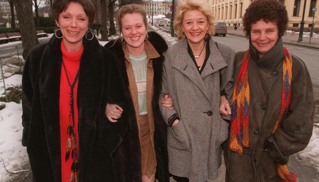 Anja Breien (t.h.) ble omtalt «en ny Bergman» på 1970-tallet. Hun regisserte blant annet Hustruer-filmene. Her fra promoteringen av den tredje filmen i 1996. Fra venstre: Katja Medbøe, Anne-Marie Ottersen, Frøydis Armand og Breien. (Foto: Jon Eeg, NTB Scanpix)