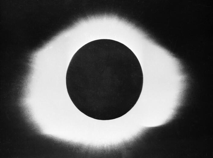 Slik så det ut da Norge opplevde total solformørkelse i 1954. Dette bildet skal være tatt i Sandefjord.  (Foto: NTB scanpix)
