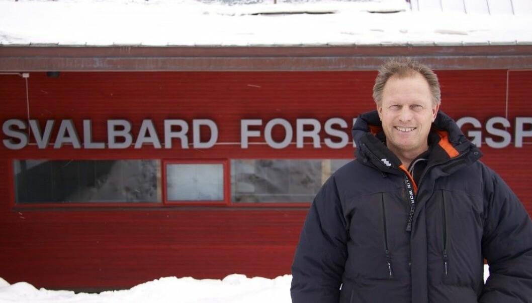 Pål Brekke har holdt kurs for studenter og fastboende på Svalbard i ukene fram mot solformørkelsen. Det handler om hvordan sola påvirker jorda, og omhandler både nordlys og solformørkelser.  (Foto: Anja Strømme)