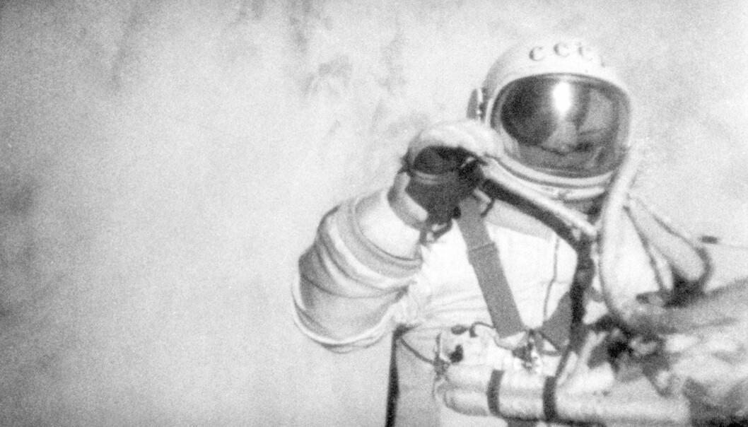 Aleksej Leonov utenfor Voskhod 2 18. mars 1965, i bane rundt jorden. (foto: Science Photo Library)
