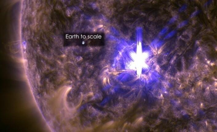 Et skikkelig utbrudd på sola for et par dager siden. Og jordkloden blir liten i denne sammenheng ... (Bilde: NASA)