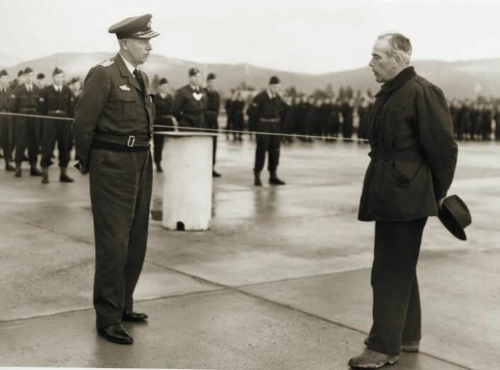 Lærum overleverer den nye flyplassen i Bardufoss til general Finn Lambrechts. (Foto: Privat)