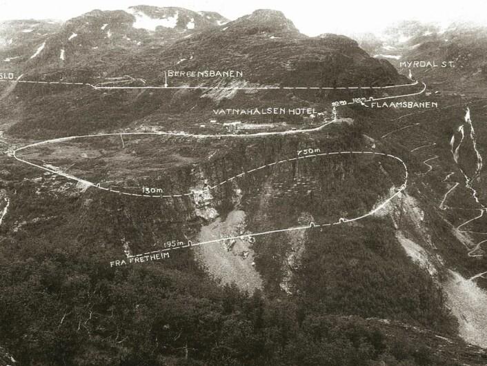 Flåmsbanen snor seg i bratte svinger gjennom Flåmsdalen. (Foto: NSB)