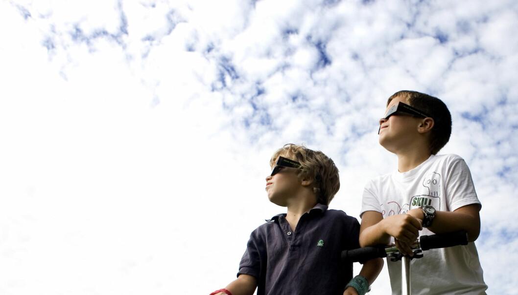 To gutter gjør seg klar til å følge solformørkelsen sommeren 2008 fra Frognerparken i Oslo. (Foto: Sara Johannessen, NTB scanpix)