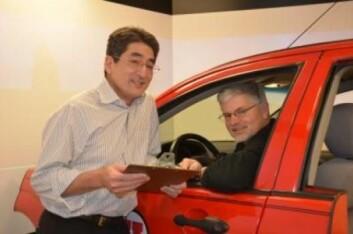 Psykologiprofessorene David Sanbonmatsu og David Strayer ved en bilsimulator som ble brukt til å undersøke evne til å kjøre bil og bruke mobiltelefon samtidig (Foto: University of Utah)