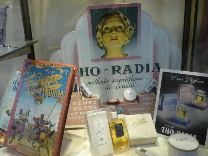 """Kosmetikkprodukter med radium var ikke uvanlig i begynnelsen av forrige århundre. Disse reproduksjonene er utstilt i Marie Curie-museet. (Foto: Travus, <a href=""""http://creativecommons.org/licenses/by-sa/3.0/deed.en"""" target=""""_blank"""">Creative Commons</a>)"""