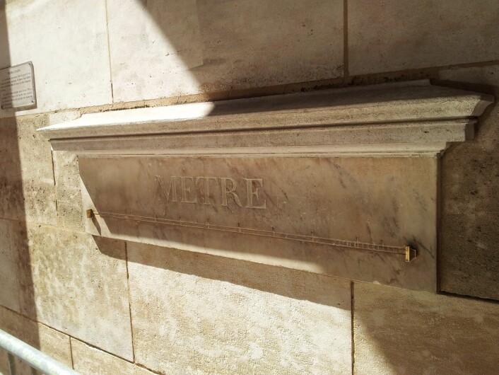"""Av de 16 meter-eksemplarene som ble satt opp rundt omkring i Paris i 1796 og 1797, er dette det eneste som fremdeles befinner seg på stedet den opprinnelig ble satt opp. (Foto: Geir Bekkeseth, <a href=""""http://creativecommons.org/licenses/by-sa/3.0/deed.en"""" target=""""_blank"""">Creative Commons</a>)"""