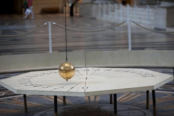 Foucaults pendel i Panthéon. Denne er for tiden til restaurering, men Musée des Arts et Métiers har uansett originalen. (Foto: Microstock)