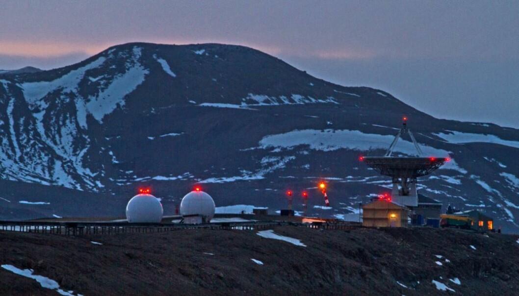 Ny-Ålesund: Kartverket overvåker jordas bevegelser. Målingene går inn i et globalt nettverk av data, som skal gi oss mer informasjon om klimaendringene.  (Foto: Bjørn-Owe Holmberg)