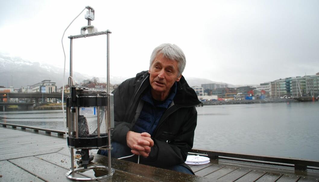 Frede Thingstad beundrer personer som evner å se ting med nye øyne. – Å se nye mønstre og ha en kritisk holdning er viktigere enn noen gang. Kanskje det er et norsk konkurransefortrinn, sier professoren, som ikke syns norsk skole er så verst til å fremme kritisk tenkning. Her sitter han med en vannprøve han har fisket opp utenfor kontoret sitt på Marineholmen i Bergen, som inneholder 2000 kilometer DNA.  (Foto: UiB)