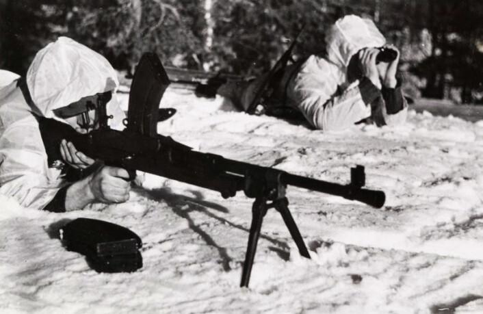 Norske milorgstyrker trener med lette maskingeværer av typen Brengun. Dette var den britiske hærens standard maskingevær, og det ble også brukt av de norske hjemmestyrkene. Men det var først helt mot slutten av krigen at denne mer offisielle motstanden fikk noe omfang av betydning. (Foto: Norges Hjemmefrontmuseum)