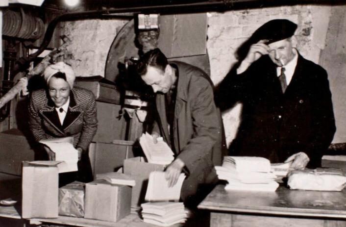 I et kjellerlokale i Oslo pakkes det illegale aviser. (Foto: Norges Hjemmefrontmuseum)