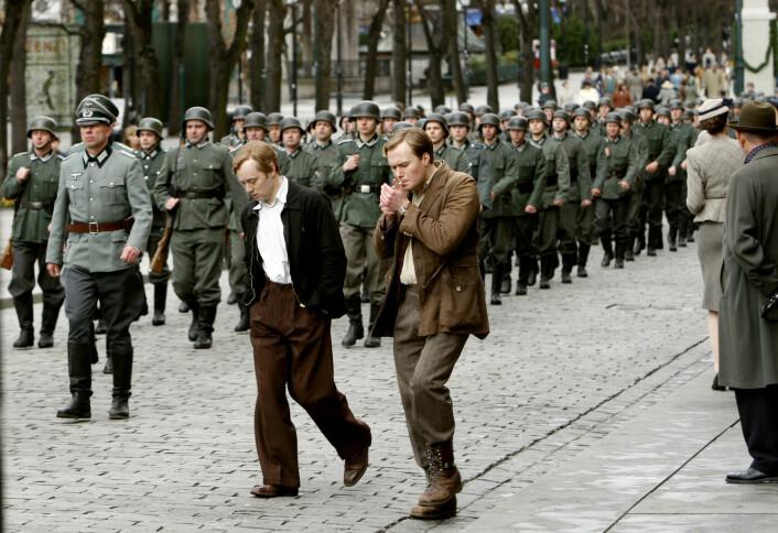 Både filmen «Max Manus» og nå nylig TV-serien «Kampen om tungtvannet» skapte reaksjoner, fordi de glemmer kommunistgruppenes motstandskamp i Norge. Spesielt «Max Manus» – som dette bildet er hentet fra – skapte strid mellom både historikere, krigsveteraner og andre om hva som egentlig hendte under den norske motstandskampen.  (Foto: Lise Åserud, NTB Scanpix)