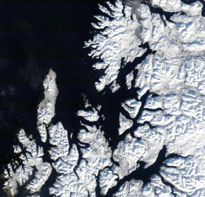 Andøya og Senja i lav vårsol. (Bilde: NASA Terra Modis)
