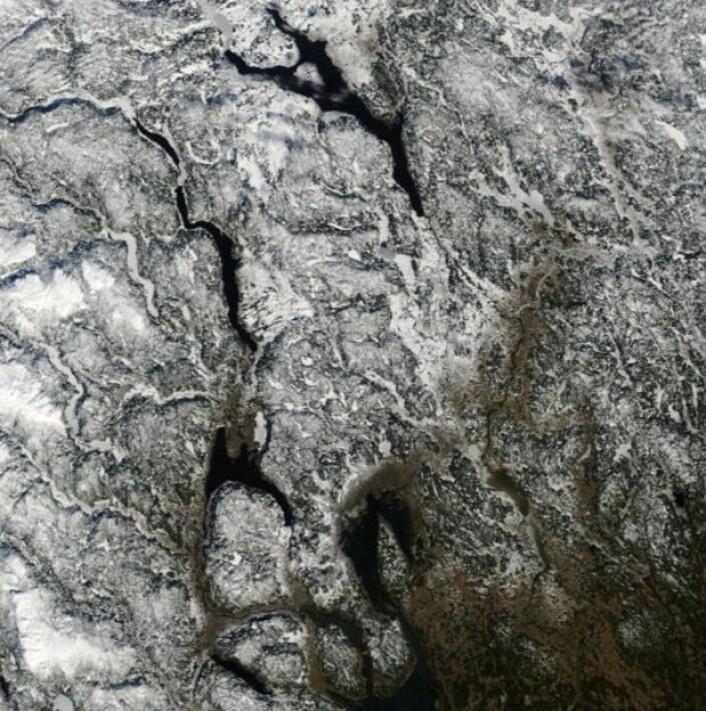 En lett blanding av islagte innsjøer og åpent vann i dette bildet fra NASAs satellitt Terra tatt 4. mars. (Bilde: NASA Terra MODIS)