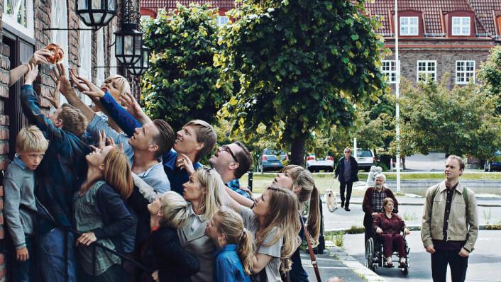 Dramaserien «Kampen for tilværelsen» gir et humoristisk skråblikk på livet på toppen av samfunnet. De fleste vil kjenne igjen motivet fra Christian Krohgs kjente maleri med samme navn.  (Foto: Thomas Ekstrom/NRK Drama)