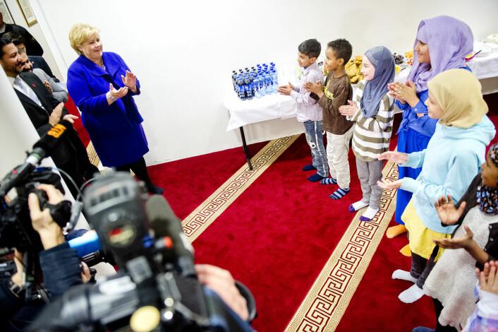 Statsminister Erna Solberg (H) møter representanter for unge muslimer i Islamic Cultural Centre sin moské ved Tøyenbekken i Oslo, februar i år. Barn og ungdom synger fødselsdagssangen for Solberg som fyller 54 år denne dagen. (Foto: Jon Olav Nesvold / NTB scanpix)