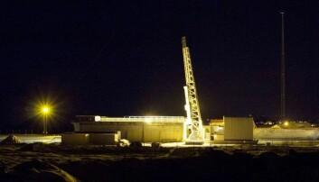 Raketten står klar på utskytingsrampa. Men det tok sin tid og mye vind før raketten kunne skytes opp.  (Foto: Charles Nokes, University of Alberta)