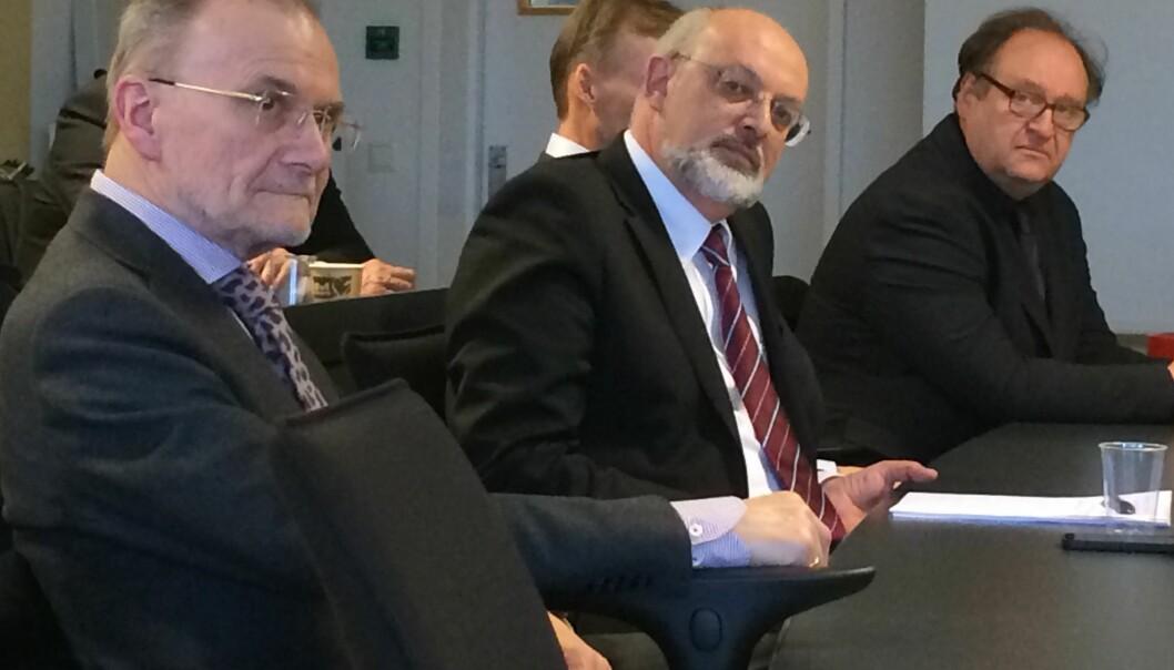 Forfatterne av Norges Bank Watch-rapporten gikk langt i å kritisere Norges Bank for uklar kommunikasjon, da rapporten ble framlagt på BI mandag. Fra høyre Knut Anton Mork i Handelsbanken, som var den eneste som forutså rentekuttet i desember, visesentralbanksjef Jon Nicolaisen og professor Kjell-Erik Lommerud ved Universitetet i Bergen.  (Foto: Anne Lise Stranden, forskning.no)
