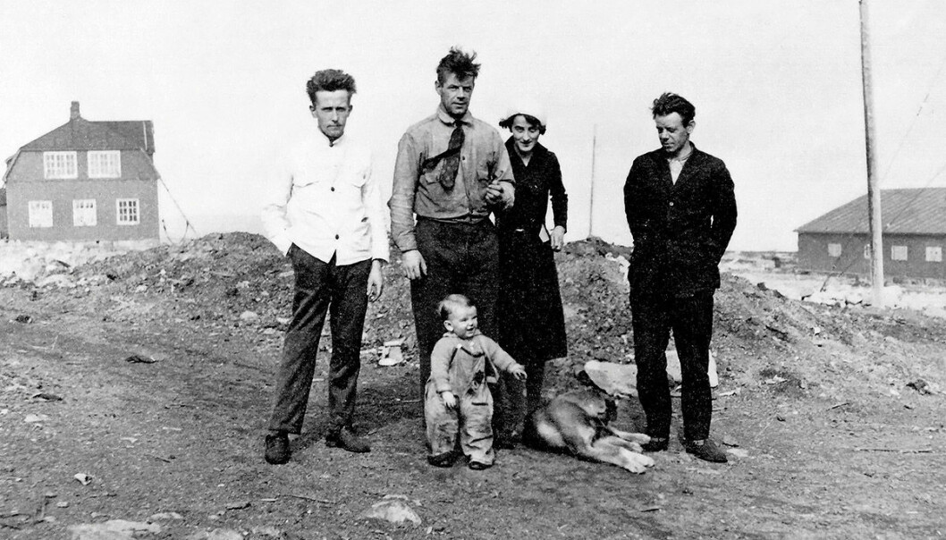 Fritz Øien fra Tromsø var bestyrer på ishavsstasjonen på Bjørnøya i 1932 og hadde med sin familie på overvintring. Fra venstre: Kokken, Fritz Øien, Margareth Øien, Jens Ewald Øien (bror) og vesle Bjørn Øien.  Til venstre i bakgrunnen ses Administrasjonsboligen på Tunheim hvor ishavsstasjonen lå. (Foto: David Lack, Norsk Polarinstitutts bildearkiv)