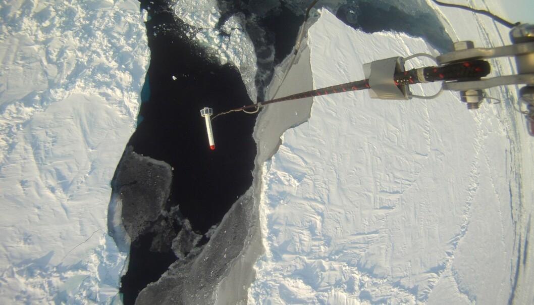 Tykkelsen på isen blir målt av et instrument som henger under helikopteret mens det flyr i lav høyde. (Foto: Sebastian Gerland, Norsk Polarinstitutt)