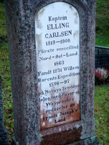På gravsteinen i Tromsø står flere av bragdene som Elling Carlsen var med på som sjømann og ekspedisjonsmedlem. (Foto: Johan Schimanski)