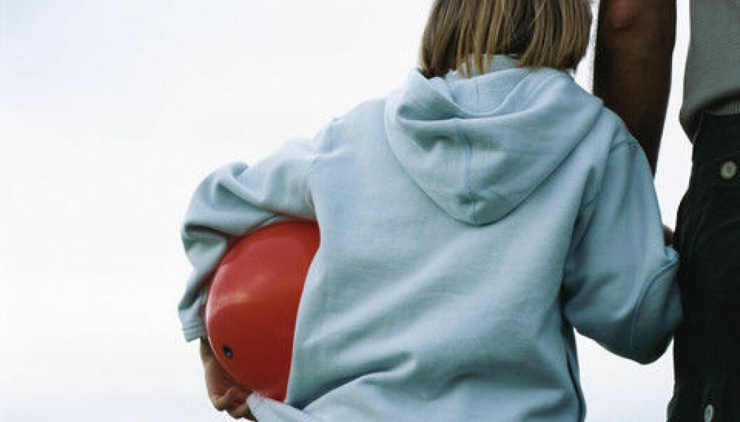 Fedre som ikke bor sammen med barnet sitt, får ofte ikke informasjon dersom det åpnes barnevernssak. Det kan bety at barnets beste ikke blir ivaretatt, mener forsker. (Illustrasjonsfoto: Colourbox)