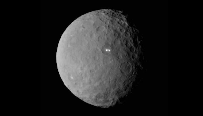 Dette bildet av Ceres er tatt 19. februar 2015 av romsonden Dawn, fra en avstand av nesten 46 000 kilometer. Det viser at den lyseste flekken på Ceres har en svakere følgesvenn, som tydeligvis ligger i den samme fordypningen på overflaten. (Foto: NASA/JPL-Caltech/UCLA/MPS/DLR/IDA)