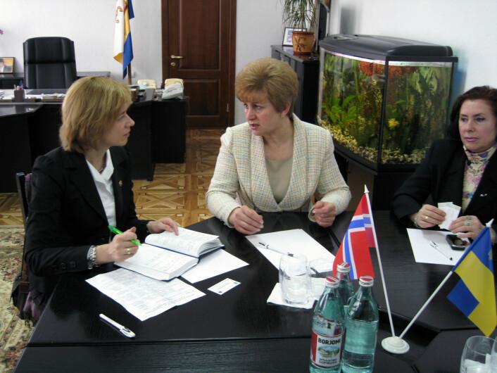 Lederen i internasjonal avdeling KS, Elita Cakule, i samtale med regionale myndigheter i Mykolaiv. (Foto: NIBR)