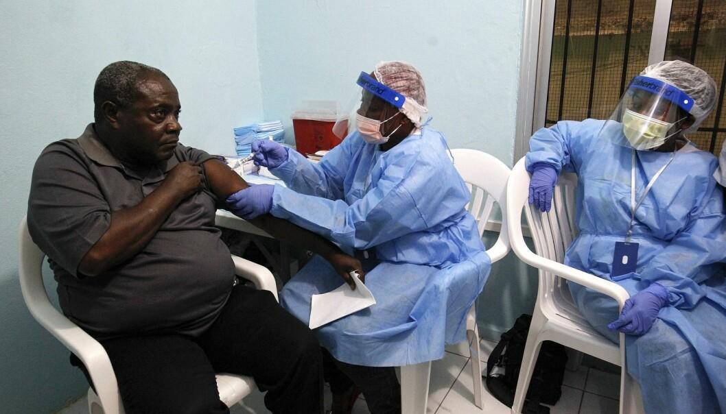 - Vi vet rett og slett ikke nok om helsa til folk rundt omkring i verden. Studier av dødelighet og forventet levealder går ikke inn i generelle levekår og dypere sosiale og økonomiske betingelser for helse, sier Geir Arild Espnes. På bildet setter en sykepleier Ebola-vaksine på en mann som er med i et forsøksprogram på Redemption Hospital i New Kru Town i Liberia. (Foto: Epa/scanpix)