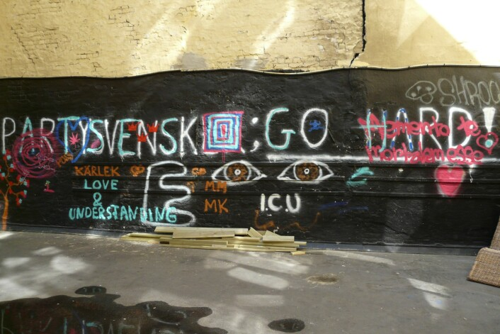 En motreaksjon til graffitien om partysvensker. «Go hard» oppfordrer svenskene til å stå på. (Foto: Ida Tolgensbakk)