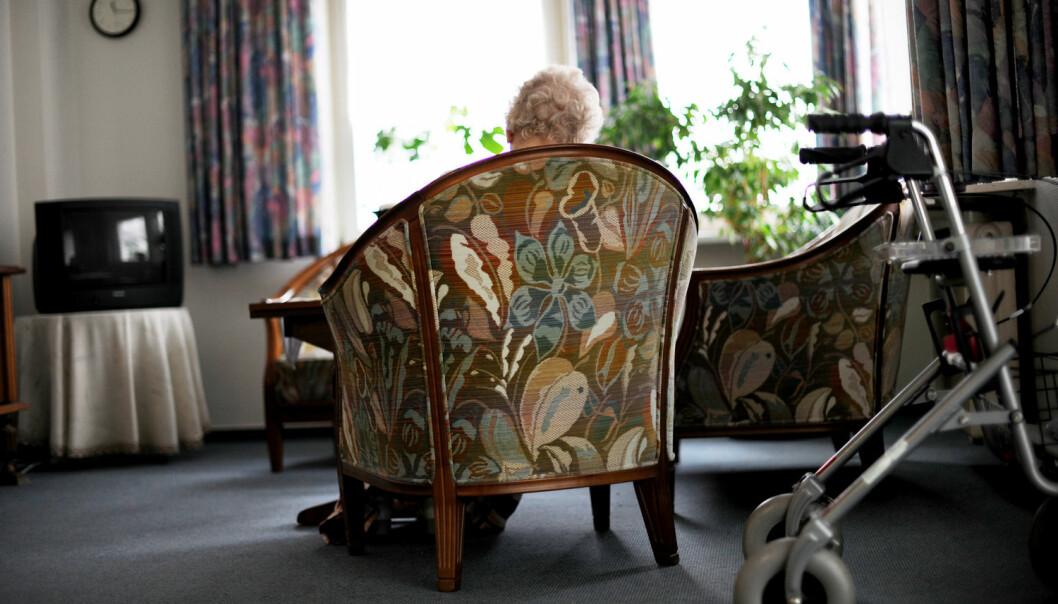 I Norge skjer fortsatt mye av eldreomsorgen på de tradisjonelle sykehjemmene. Forskere mener vi nå må bygge ut hjemmetjenesten og eldreboliger, slik som de gjør i Sverige og Danmark. (Foto: NTB Scanpix)