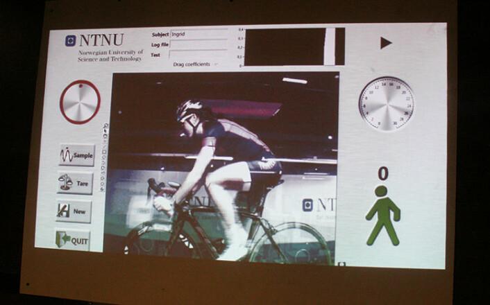 Ingrid Lorvik følger med på skjermbildet at hun sitter i den samme posisjonen under hele testsyklingen. (Foto: Idun Haugan, NTNU)