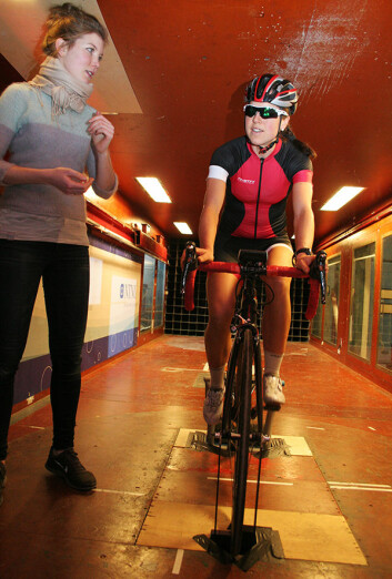 Live Spurkland gjør de siste justeringene før proffsyklist Ingrid Lorvik tråkker avgårde. (Foto: Idun Haugan, NTNU)