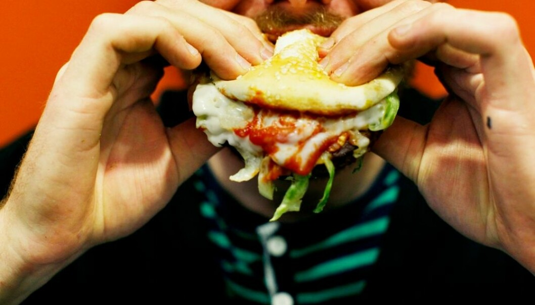 Inntaket av mettet fett, transfett, søt leskedrikk og prosessert kjøtt øker stort sett over alt i verden. Unge menn spiser mest av den usunne maten.  (Foto: Sara Johannessen, NTB scanpix)