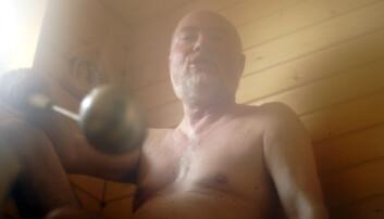 Badstue er gunstig for helsa til middelaldrende menn. Den finske saunaen er varm og tørr, men det er populært å helle vann på ovnen for å få mer damp. (Foto: Colourbox)