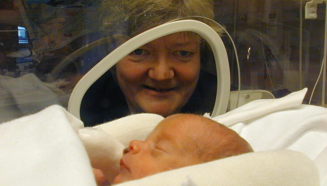 Ann-Mari Brubakk er utnevnt til ridder av 1. klasse for sin årelange innsats for nyfødtmedisin. På dette bildet fra 2000 er hun sammen med et barn som ble født ti uker for tidlig. (Foto: Geir Otto Johansen, NTB Scanpix)