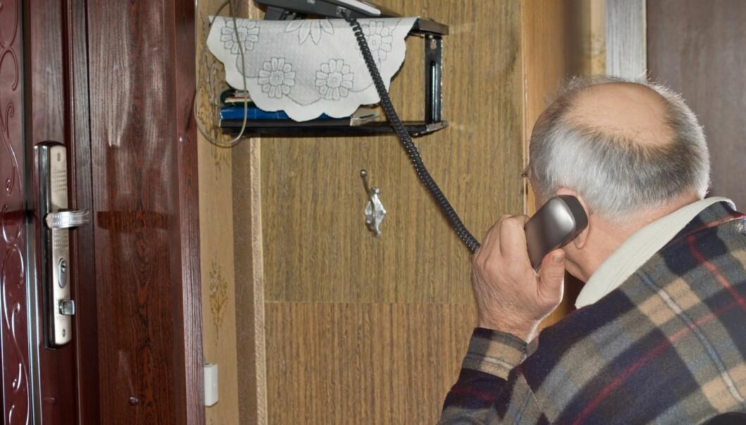 En samtale på telefonen om vaner og rutiner som er viktige for den enkelte, kan bedre den mentale helsen til eldre som bor hjemme. (Illustrasjonsfoto: Colourbox)